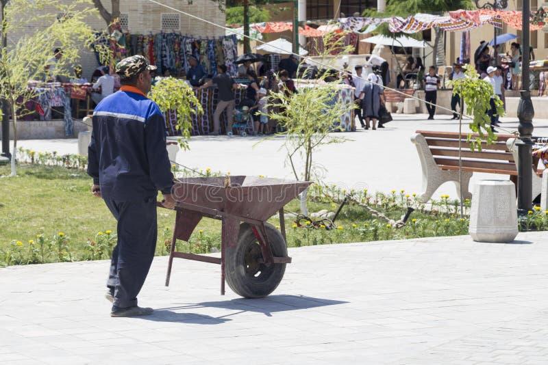 BUKHARA UZBEKISTAN - MAJ 25, 2018: Silke och kryddafestival 2018 Tekniskt personligt i Bukhara, Uzbekistan royaltyfria bilder