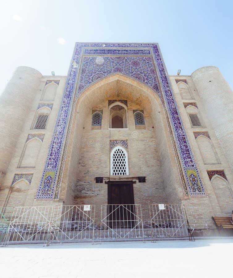Bukhara Uzbekistan - mars 13, 2019: Nadir Divan-Begi Madrasah fotografering för bildbyråer