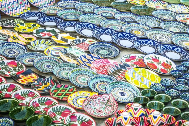 Bukhara Uzbekistan - mars 13, 2019: Uzbekiska nationella souvenir och gåvor shoppar i Bukhara Keramiskt shoppa på gatamarknader a arkivbild
