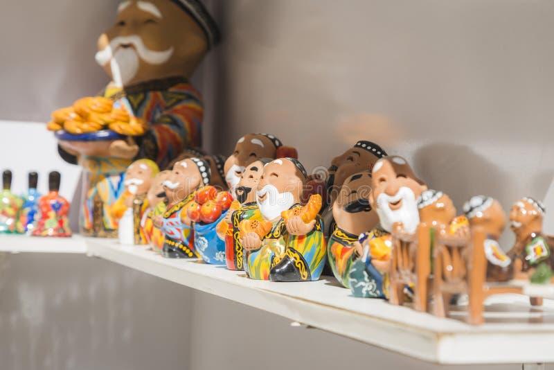Bukhara Uzbekistan, Marzec, - 13, 2019: Colourful handmade ceramiczne postacie sprzedaje przy ulic? robi? zakupy w Bukhara, Uzbek zdjęcie stock