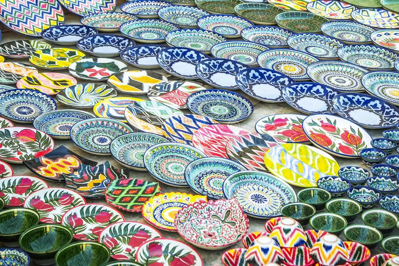 Bukhara Uzbekistan, Marzec, - 13, 2019: Uzbeków prezentów i pamiątek Krajowy sklep w Bukhara Ceramiczny sklep przy ulica rynkami fotografia stock