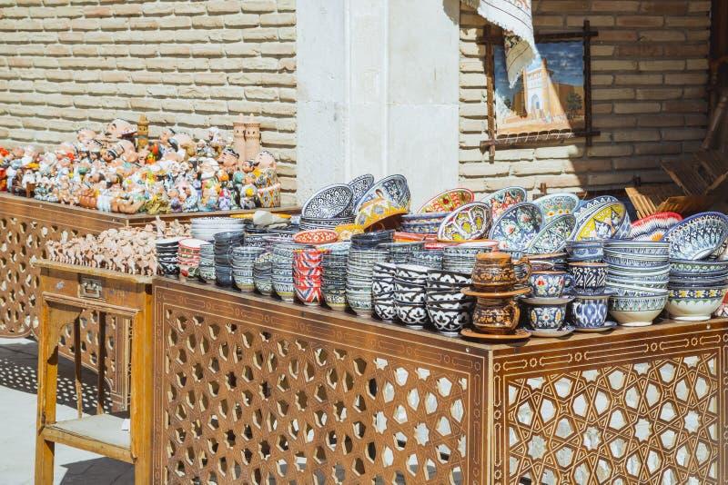 Bukhara Uzbekistan, Marzec, - 13, 2019: Uzbek?w prezent?w i pami?tek Krajowy sklep w Bukhara Ceramiczny sklep przy ulica rynkami zdjęcie royalty free