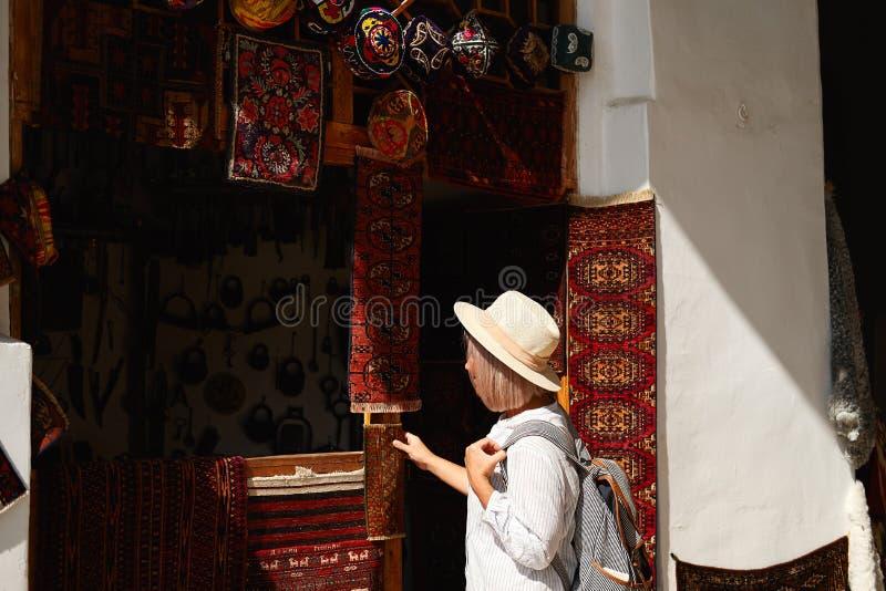 Bukhara, Uzbekistan Wrzesień 01 2018: Kobieta zakupu pamiątka fotografia stock