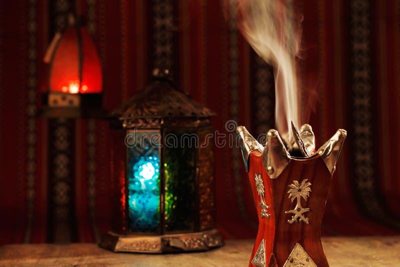 Bukhoor se quema generalmente en un mabkhara en muchos países árabes imagenes de archivo