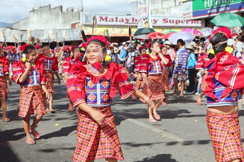 bukidnon跳舞部族菲律宾的街道 免版税库存图片