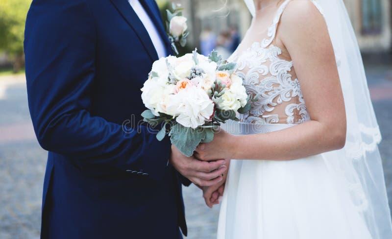 3 bukietów ostrości przedpola ślub Szczęśliwy państwo młodzi trzyma bridal bukiet obrazy royalty free
