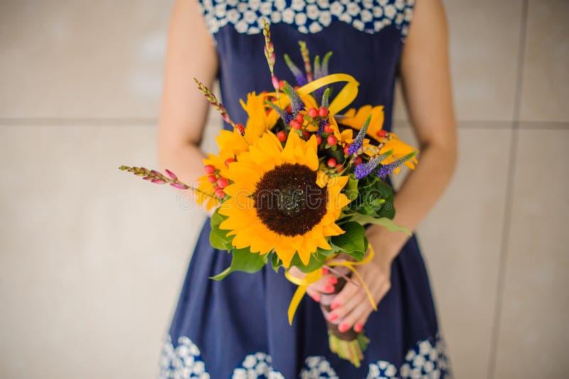 Bukietów słoneczników kwiatu sklepu kwiaciarni żeński mienie fotografia royalty free