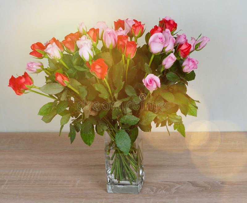 Bukiet śliczne czerwone i różowe róże Delikatny bukiet dla kobiety obraz stock