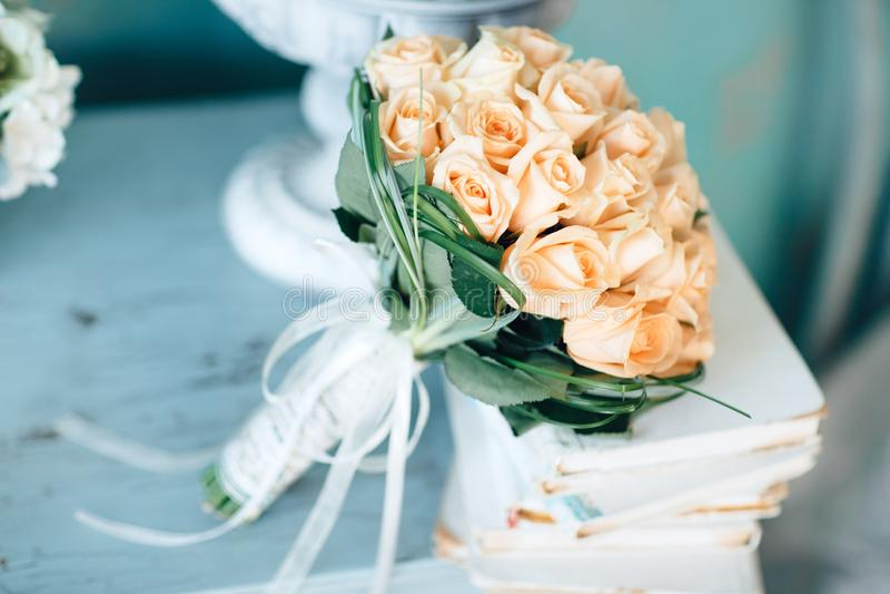 Bukiet żółte róże na starych książkach bukieta ręki panny młodej fornala ręki Rocznika wewnętrzny projekt fotografia stock