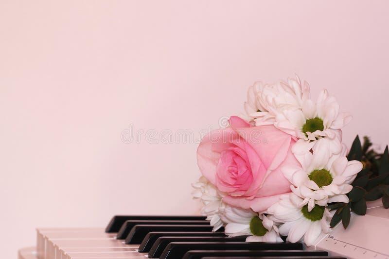 Bukiet białe chryzantemy i jeden wzrastaliśmy na pianinie Wakacje i miłości pojęcie Walentynka dzień, Marzec 8 i kobieta dzień, obraz stock