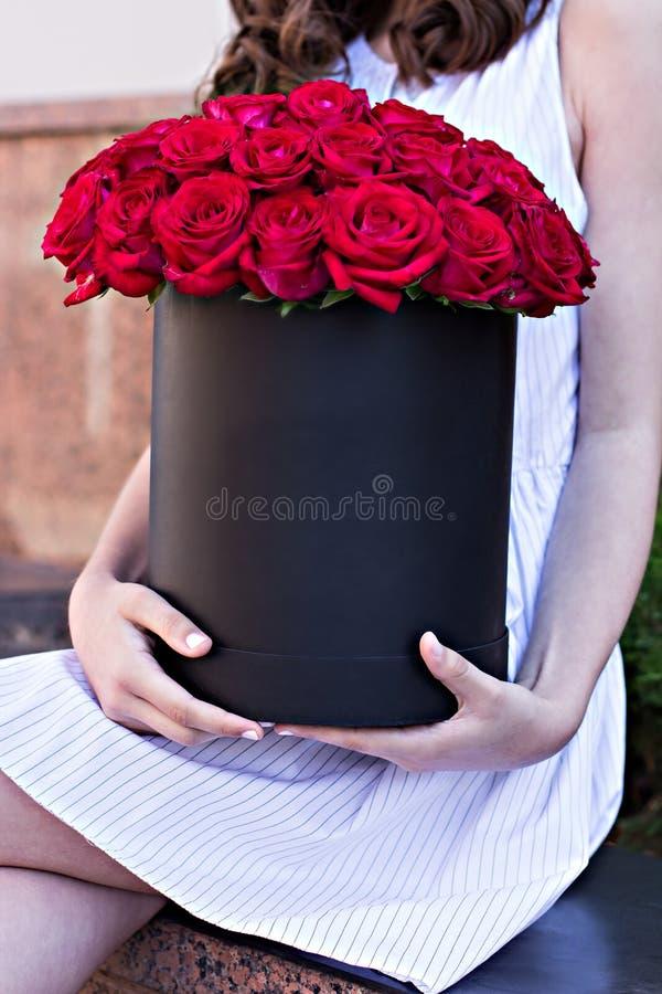 Bukiet czerwone róże w pudełku obrazy royalty free