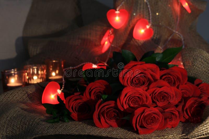 Bukiet czerwone róże z czerwienią słuchającą dla walentynka dnia zdjęcia royalty free