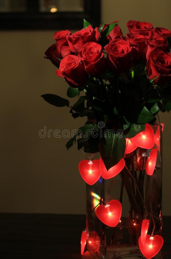 Bukiet czerwone róże z czerwienią słuchającą dla walentynka dnia fotografia royalty free