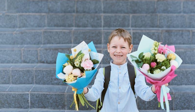 Bukiet dla pierwszy ukochanego nauczyciela na pierwszy Wrzesie? Kwiaty dla ostatniego dzwonu Dzie? wiedza Zaczyna? zdjęcia stock