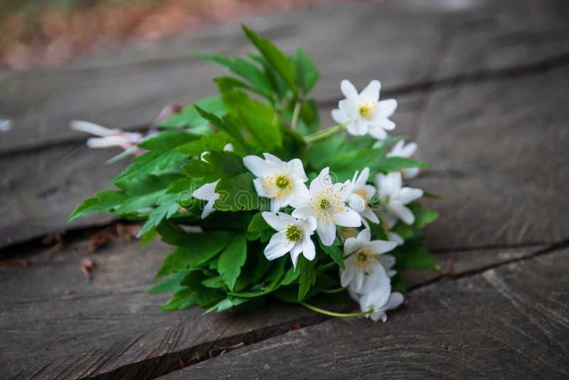 Bukiet dzicy biali kwiaty na nieociosanym drewnianym stole obrazy stock