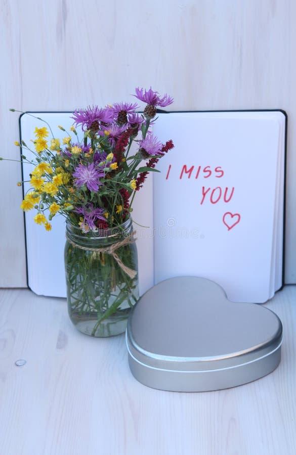 Bukiet dzicy kwiaty z tekstem - brakuję ciebie obraz stock