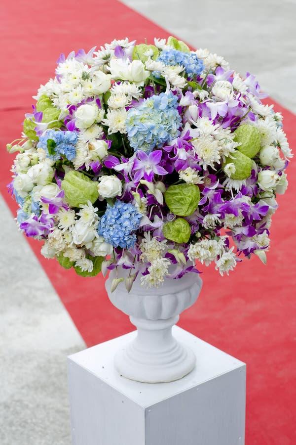 Bukiet kolorowi kwiaty w ceramicznej wazie zdjęcia royalty free
