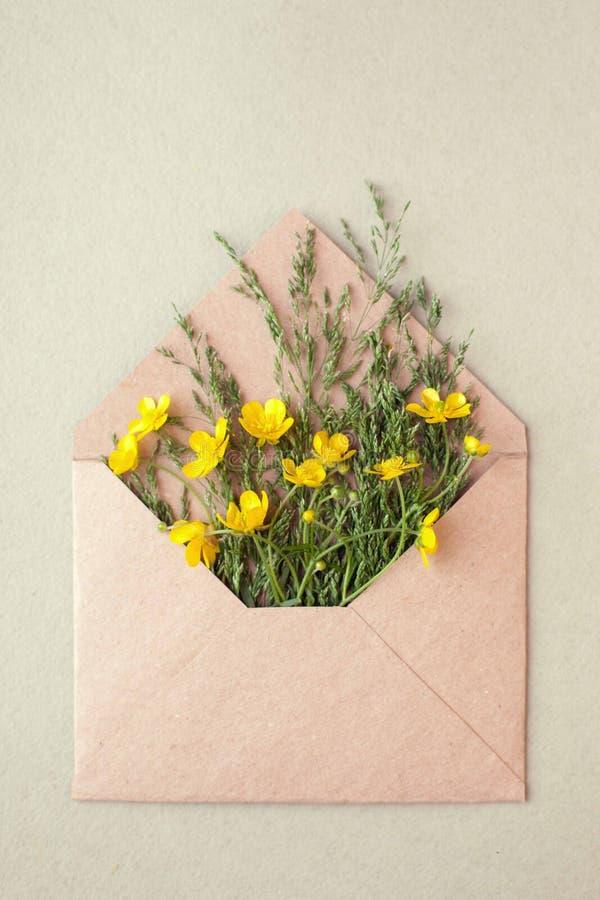 Bukiet koloru żółtego puste miejsce na pastelowym tle i kwiaty, piękny śniadanie, rocznik romantyczna karta, odgórny widok, miesz obraz stock