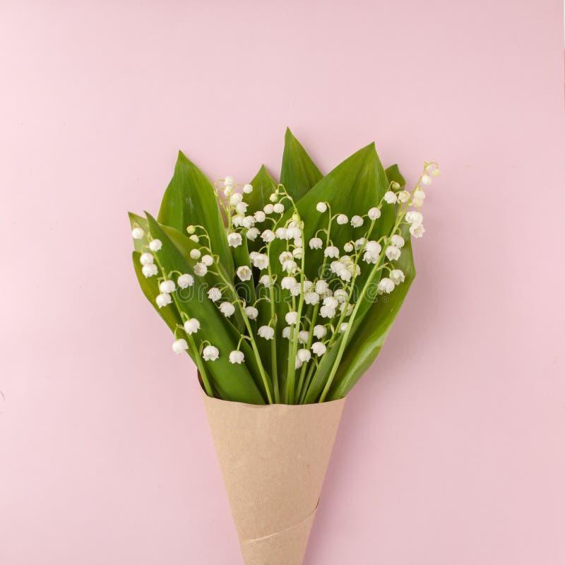 Bukiet kwiat leluja dolina na różowym pastelowym tle, piękny śniadanie, rocznik romantyczna karta, odgórny widok, mieszkanie niea fotografia stock