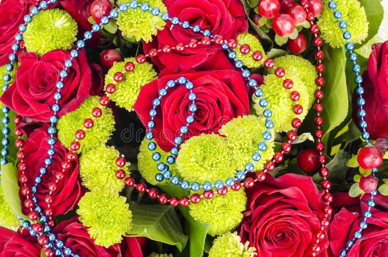 Bukiet kwiaty i barwioni koraliki dla ostatków obrazy royalty free