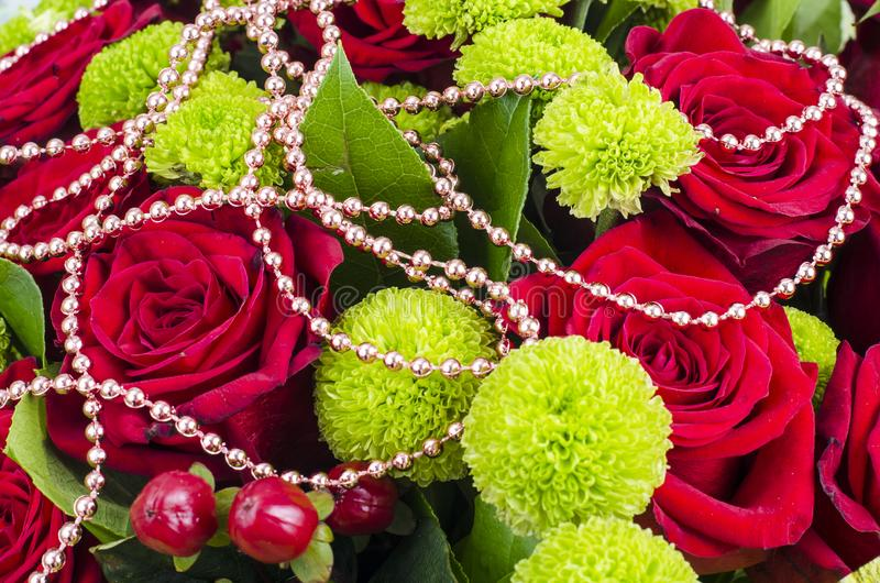 Bukiet kwiaty i barwioni koraliki dla ostatków fotografia royalty free