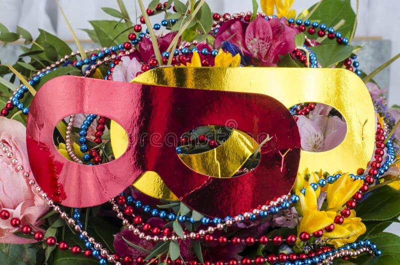 Bukiet kwiaty i barwioni koraliki dla ostatków obrazy stock