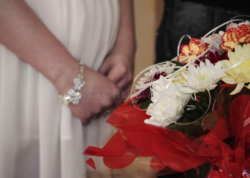 Bukiet kwiaty i ręki kobieta na ciężarnym brzuchu fotografia royalty free