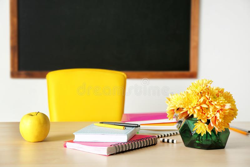 Bukiet kwiaty, jabłko i notatniki, fotografia stock
