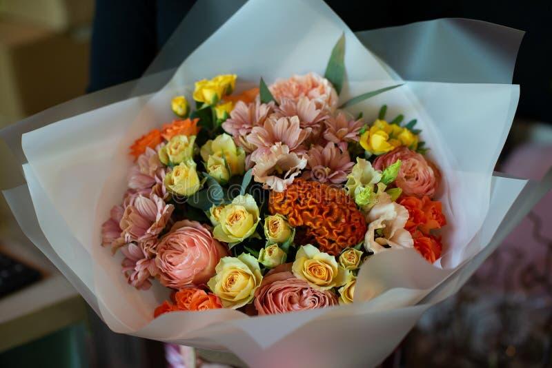 Bukiet kwiaty na nodze we wnętrzu restauracji dla świętowanie sklepu floristry lub ślubnego salonu zdjęcia royalty free