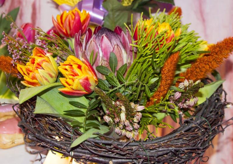 Bukiet kwiaty Urodzinowi prezenty od przyjaci?? zdjęcia stock