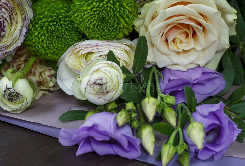 Bukiet kwiaty z ranunculus kwiecistym tłem obrazy stock