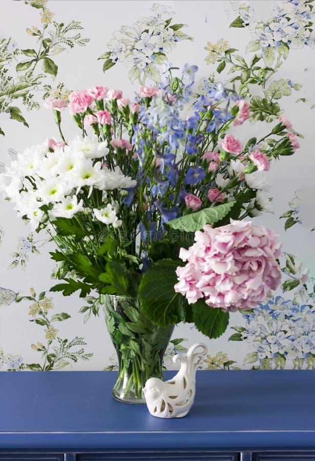 Bukiet lato kwitnie w stylu Provence na błękitnym dresser fotografia stock