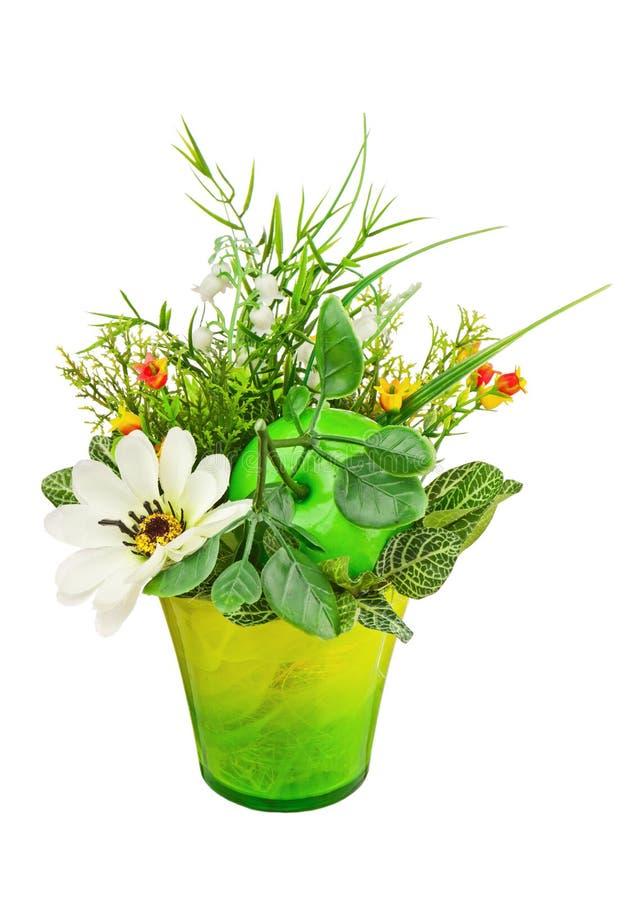 Bukiet od sztucznych kwiatów i owoc odizolowywających na białym bac zdjęcia royalty free