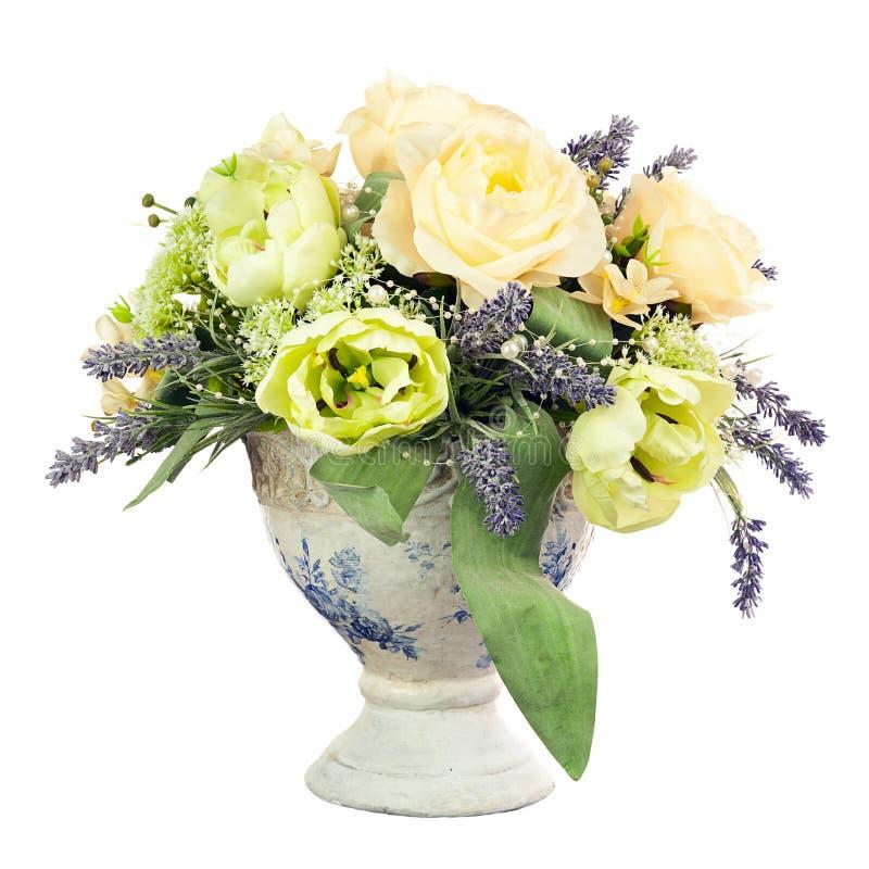 Bukiet od sztucznych kwiatów przygotowania centerpiece w starym v obrazy stock