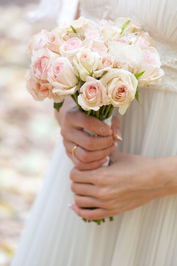 bukiet panna młoda wręcza s ślub zdjęcie stock