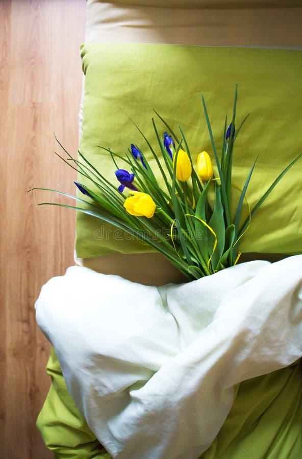 Bukiet piękni żółci tulipany i irysy kłamamy na ranku, niespodzianka fotografia stock