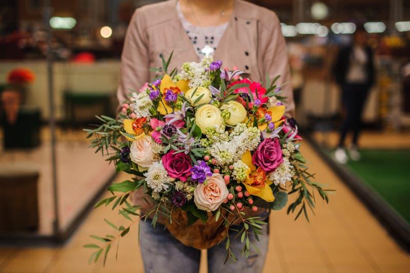 Bukiet piękni różni mieszani lato kwiaty zdjęcie stock