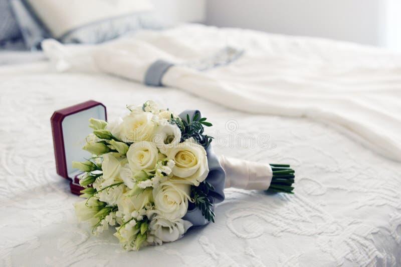 Bukiet, pierścionki i ślubna suknia obraz stock