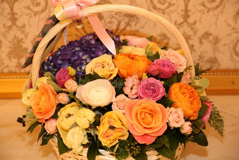 Bukiet różne kolor róże w koszu obrazy stock