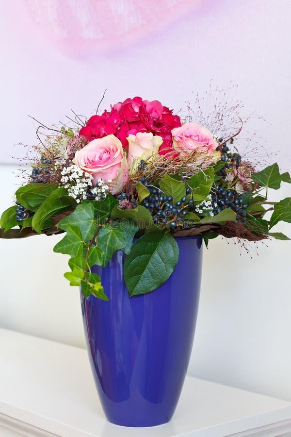 Bukiet róż hortensi wazy copyspace zdjęcie stock