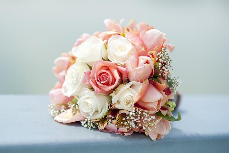 Download Bukiet róże dla poślubiać zdjęcie stock. Obraz złożonej z róże - 57673572