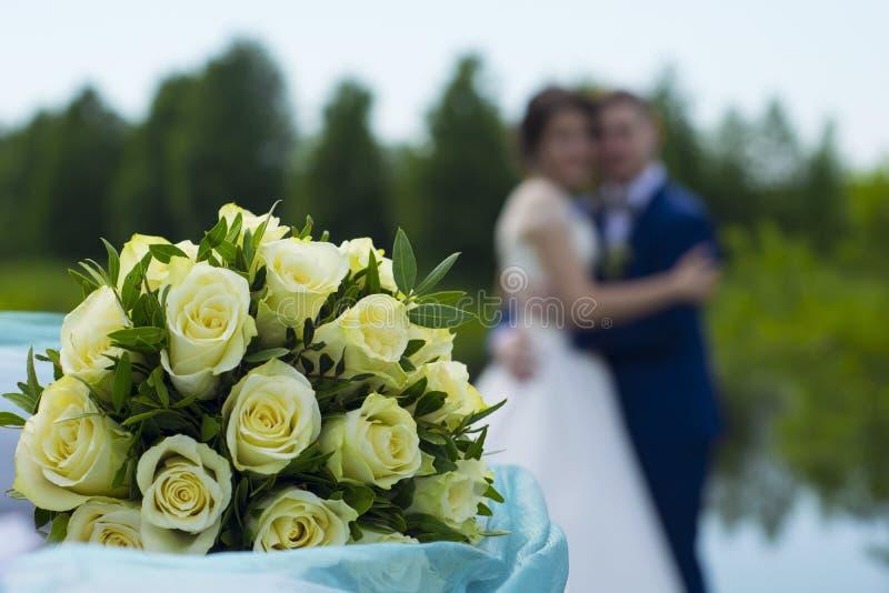 Bukiet róże, para uściski zdjęcie royalty free