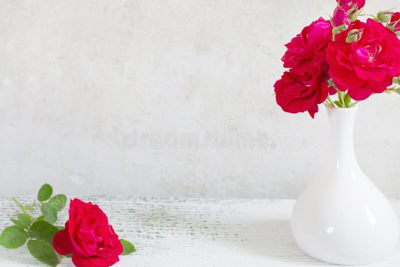 Bukiet róże w wazie obraz royalty free