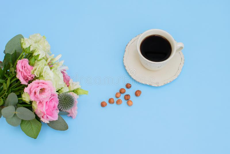 Bukiet różnych kwiatów i filiżanka kawy zdjęcia royalty free