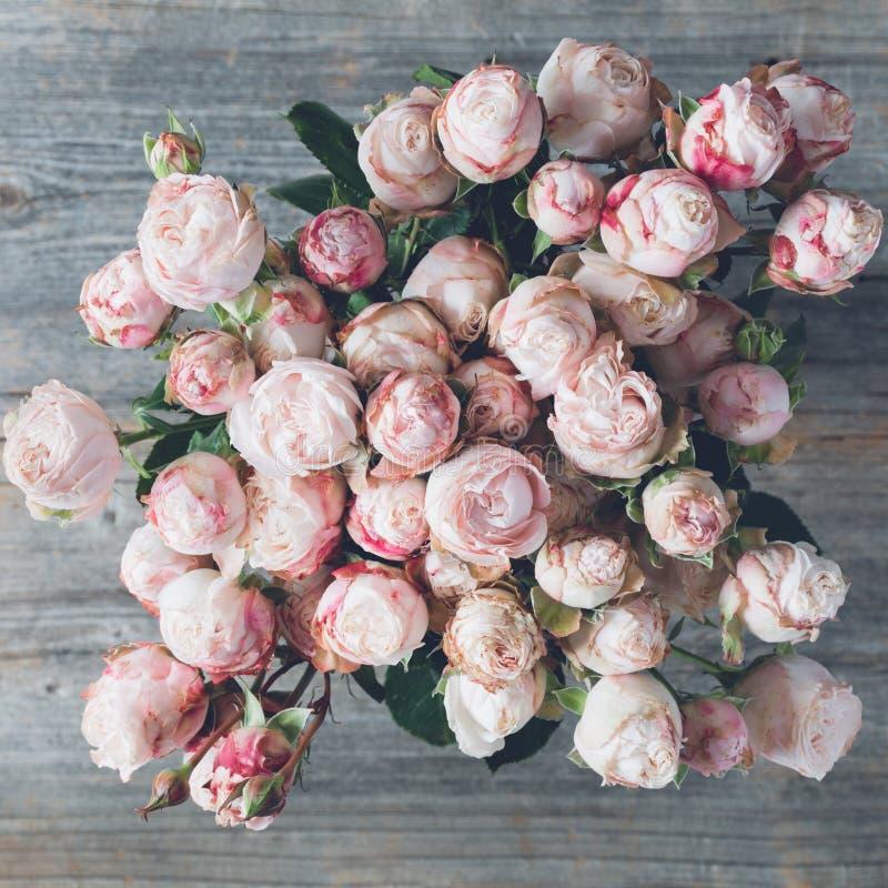 Bukiet różowe krzak róże w wazie poślubić kwiatów Odgórny widok obraz stock