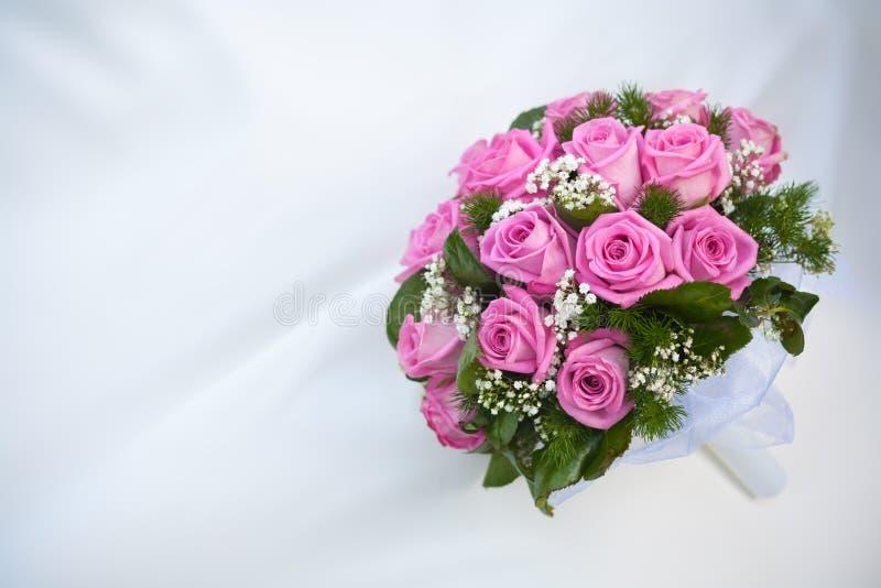Bukiet Różowe Róże Na Biały ślubu Sukni Fotografia Royalty Free