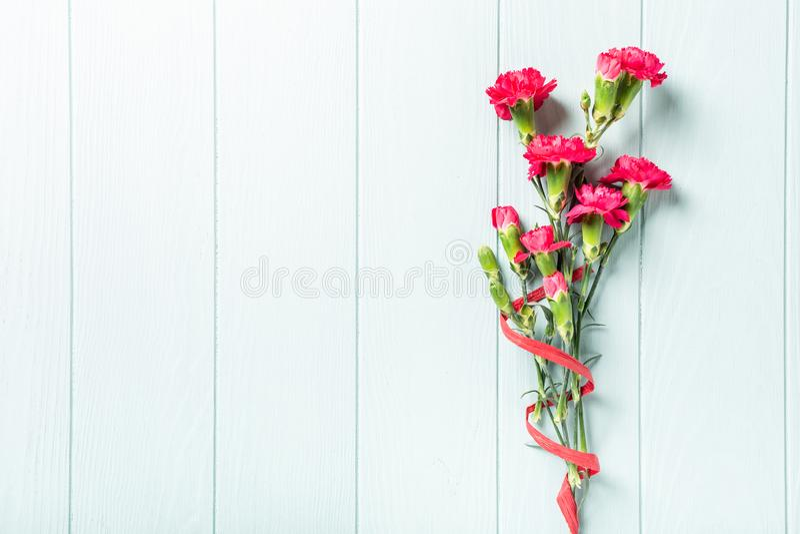 Bukiet różowy goździk na lekkim turkusowym drewnianym tle obraz royalty free