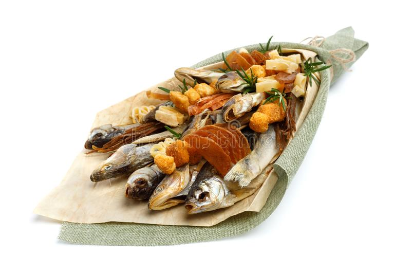 Bukiet składa się solonego sztokfisza różni trakeny, plasterki wysuszona kałamarnica i innych ryb kłamstwa na białej powierzchni, obrazy royalty free