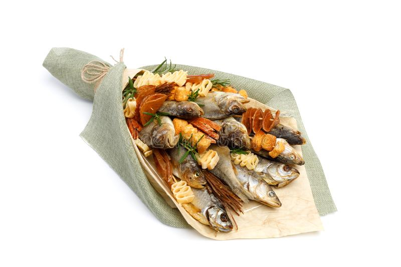 Bukiet składa się solonego sztokfisza różni trakeny, plasterki wysuszona kałamarnica i innych ryb kłamstwa na białej powierzchni, obrazy stock