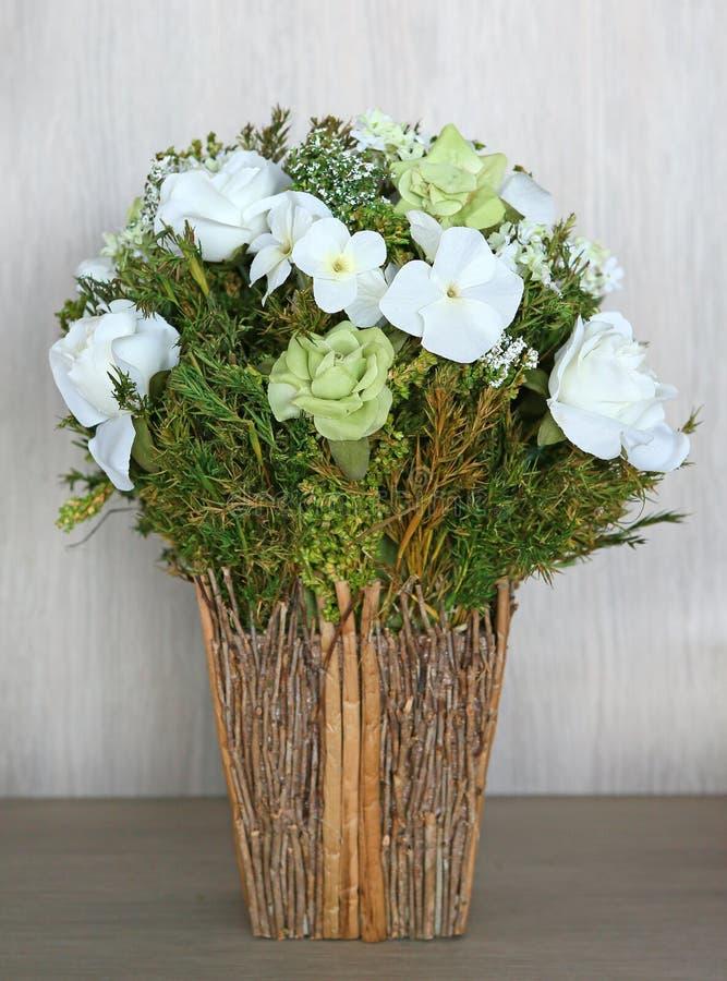 Bukiet sztuczne białe róże wewnątrz przetwarza wazę obrazy stock